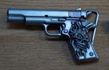 """Belt buckle  """"Pistole mit einem Totenkopf am Griff """""""
