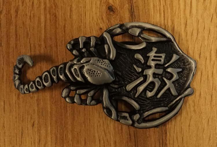 """Gürtelschnalle """" Skorpion  mit chinesischen Schriftzeichen """""""
